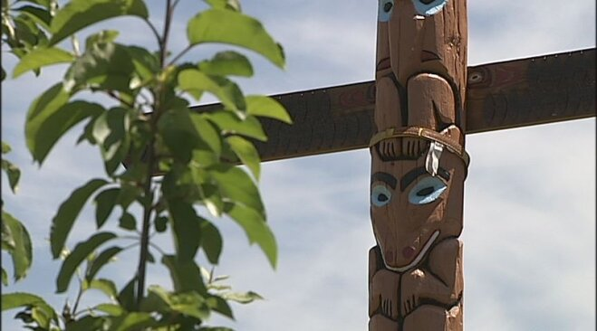 Totem pole placed at Spencer Butte Middle School