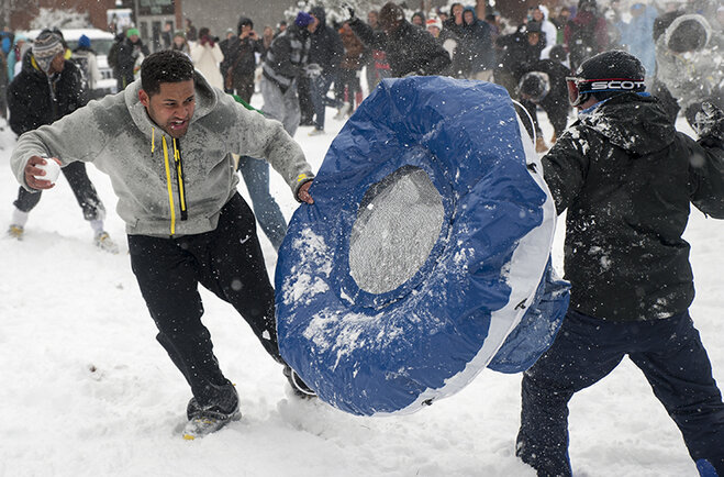 Duck football team challenges Oregon campus to snowball fight (2)