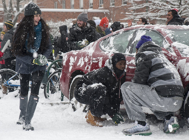 Duck football team challenges Oregon campus to snowball fight (1)