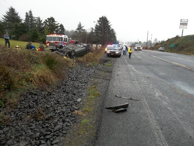 Two sustain minor injuries in Hwy 101 rollover crash