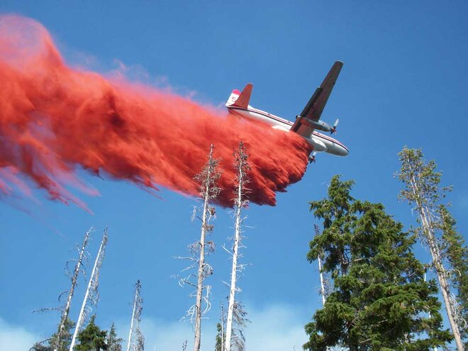 Heavy air tanker on High Cascades fire in Oregon by Dave Fauss