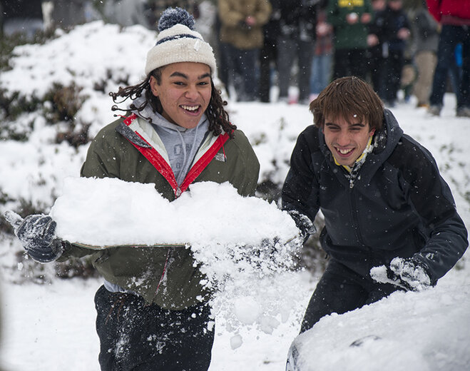 Duck football team challenges Oregon campus to snowball fight (6)