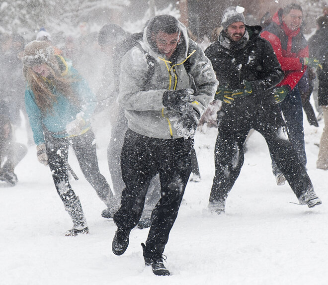 Duck football team challenges Oregon campus to snowball fight (4)