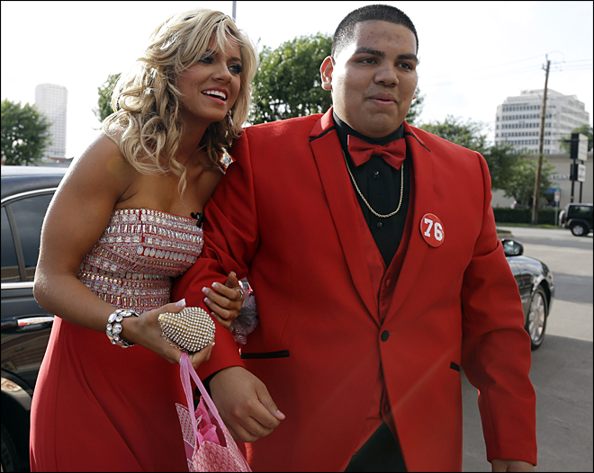 Twitter proposal brings Texans cheerleader to prom
