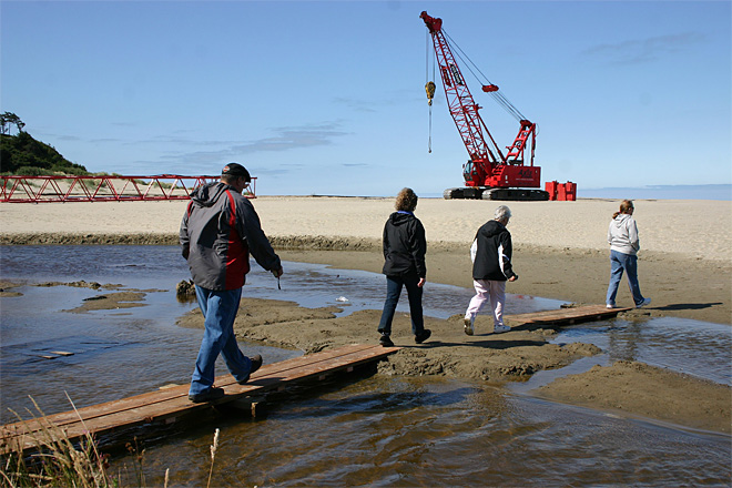 Crews ready to remove Japanese dock from Oregon beach