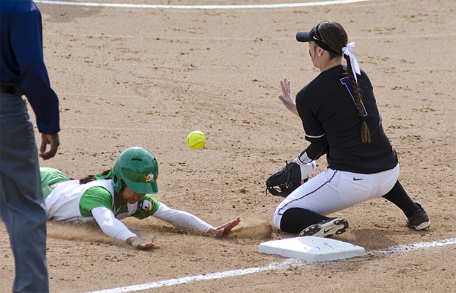 Ducks Softball sweeps Washington Huskies - 05 - Oregon News Lab Photo
