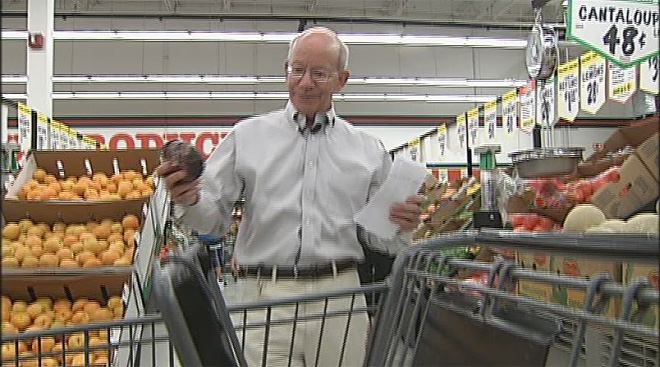 Grocery shopping with Peter DeFazio (4)