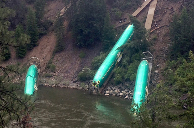 Crews hoist second Boeing fuselage from derailment site