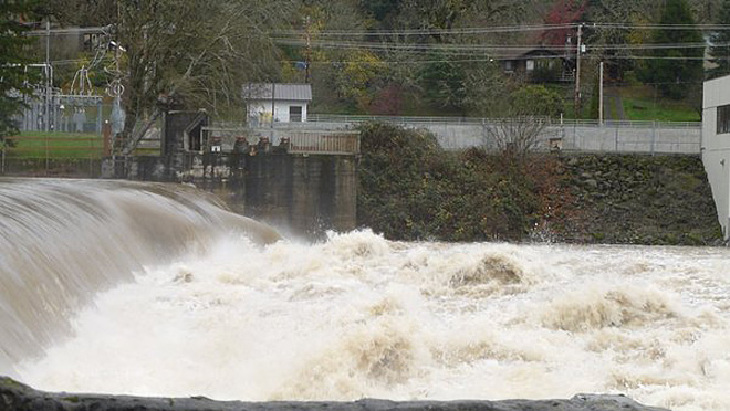 Umpqua River is running wide and high (Photos by Younews User Debrattt)