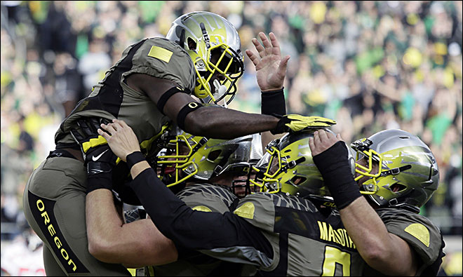 Mariota throws for 3 TDs, Ducks beat Utah 44-21
