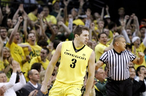 Ducks decimate Pac-12 leading Dawgs, 82-57
