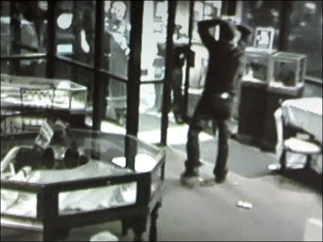 Jewelry thief suspect get trapped inside store