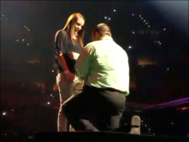 Couple gets engaged at a Justin Timberlake concert