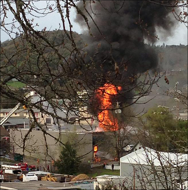 Firefighter hurt battling huge blaze in Roseburg