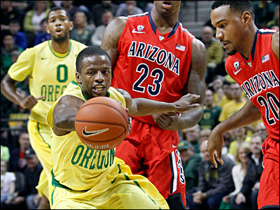 Ducks upset No. 3 Arizona 64-57, edge closer to the dance